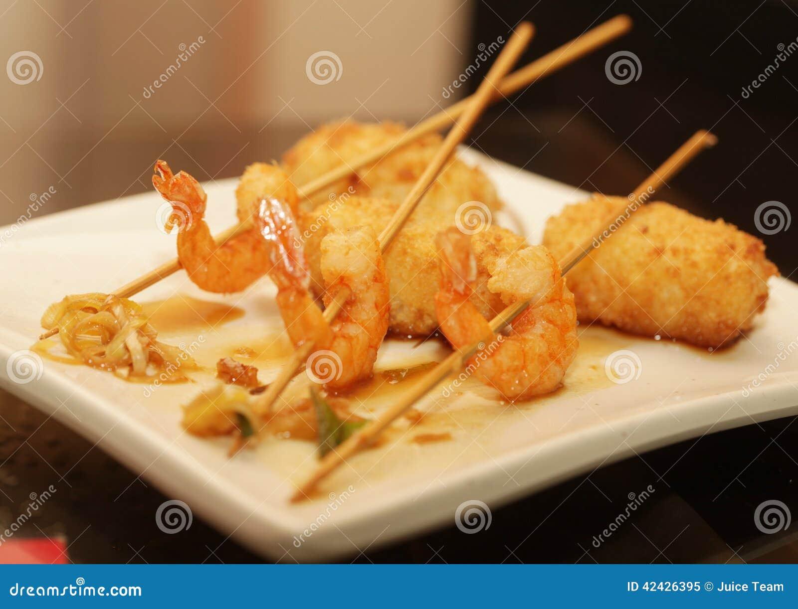 Camarones asados a la parrilla con arroz en la placa blanca