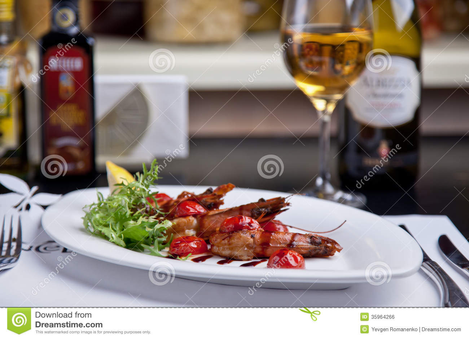 Camarones con la salsa y la cereza