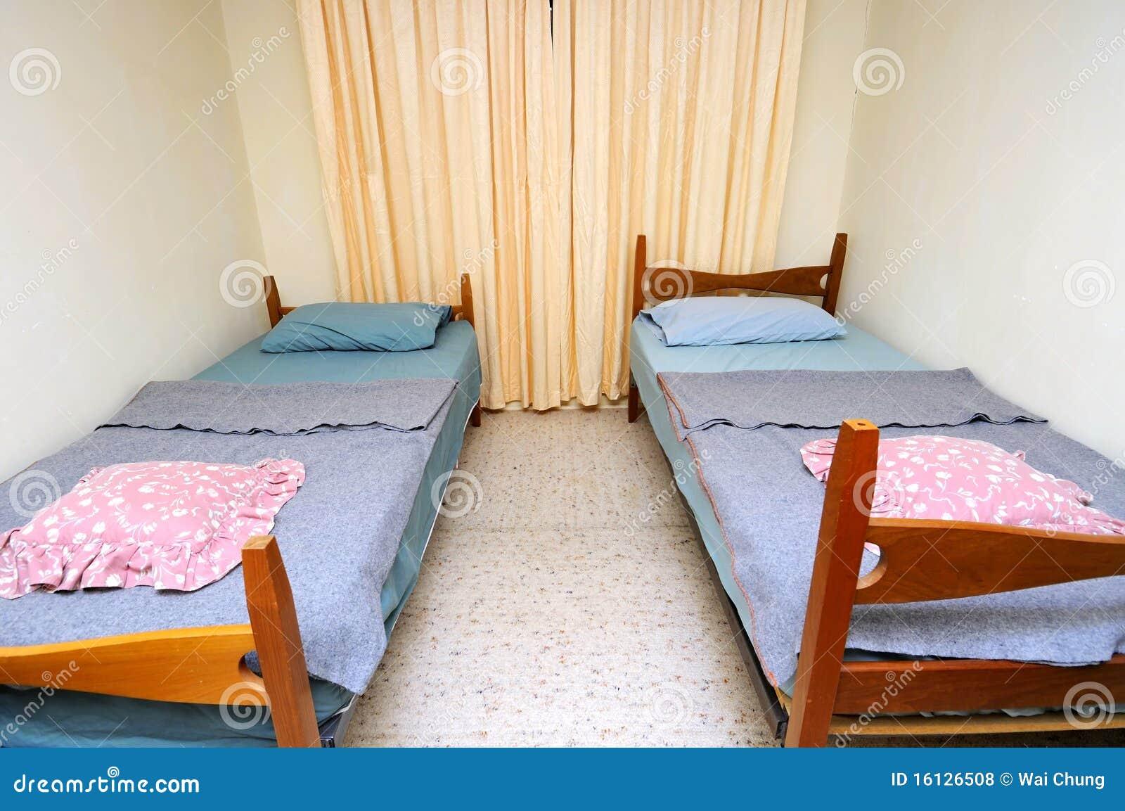 Camas Gêmeas No Quarto De Motel Simples Fotos de Stock Royalty Free  Imagem