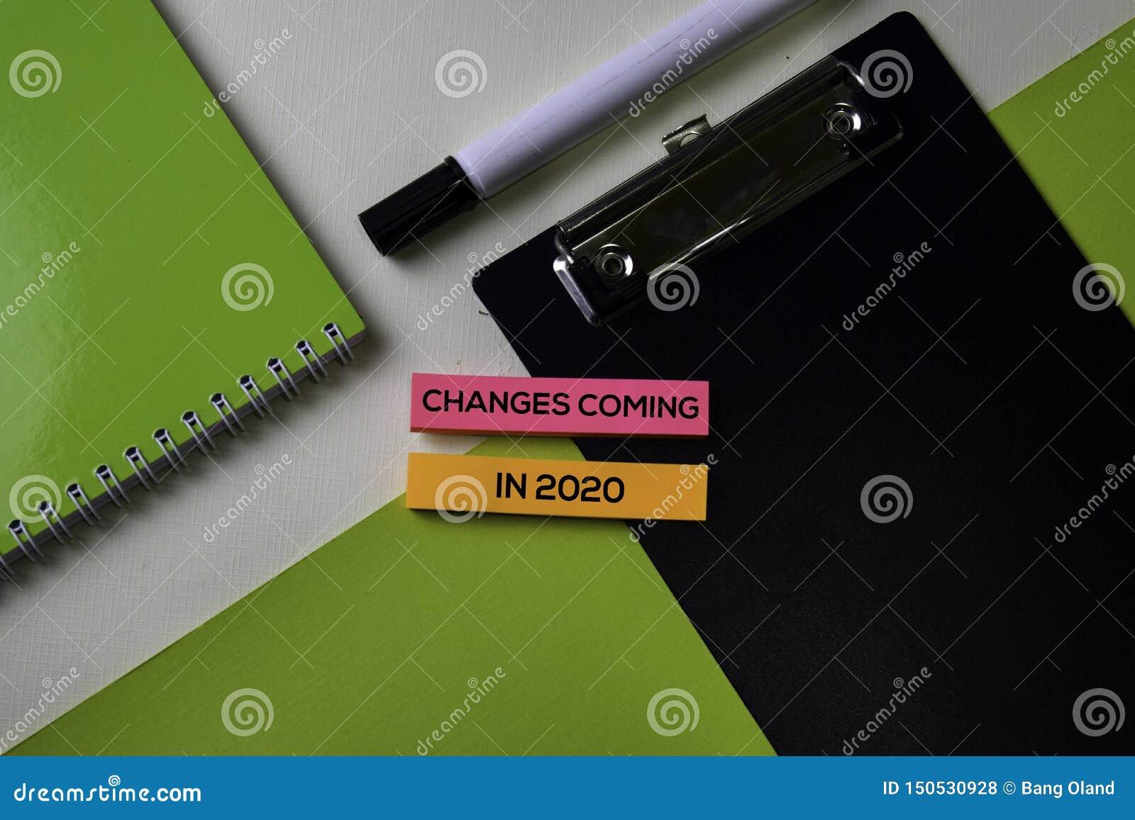 Cambiamenti che vengono nel 2020 testo sulla tavola della scrivania di vista superiore del posto di lavoro e degli oggetti busine