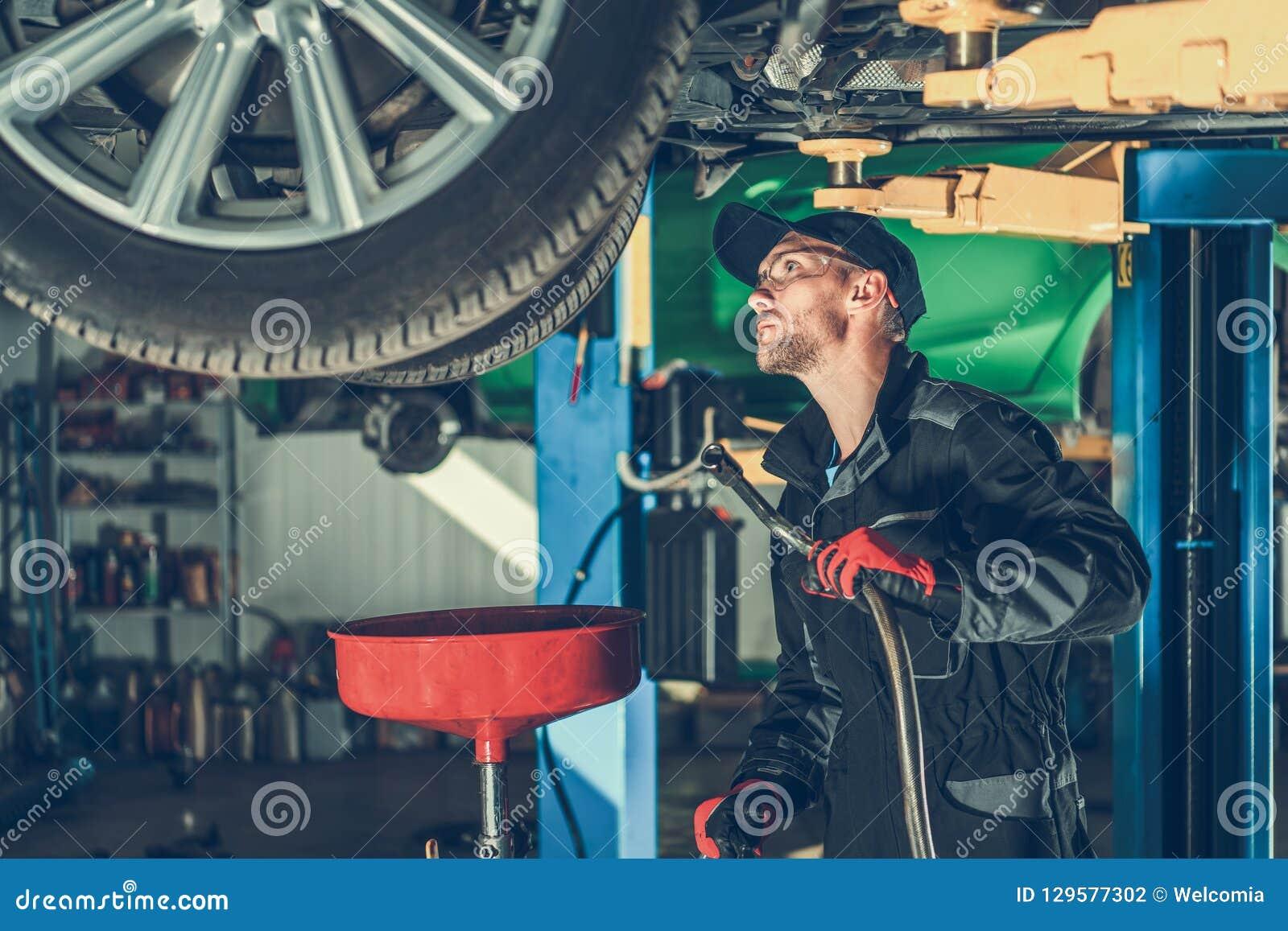 Cambiamento di olio dell automobile nel servizio