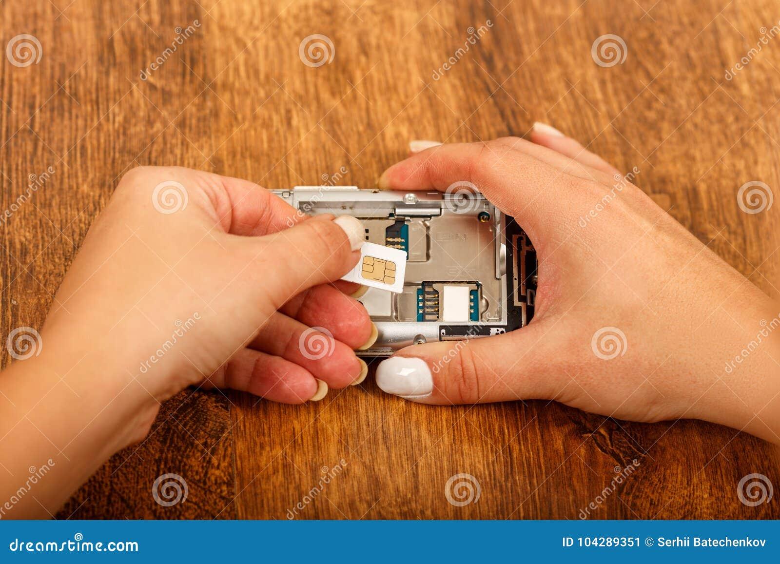 Cambio de la tarjeta de SIM en un smartphone