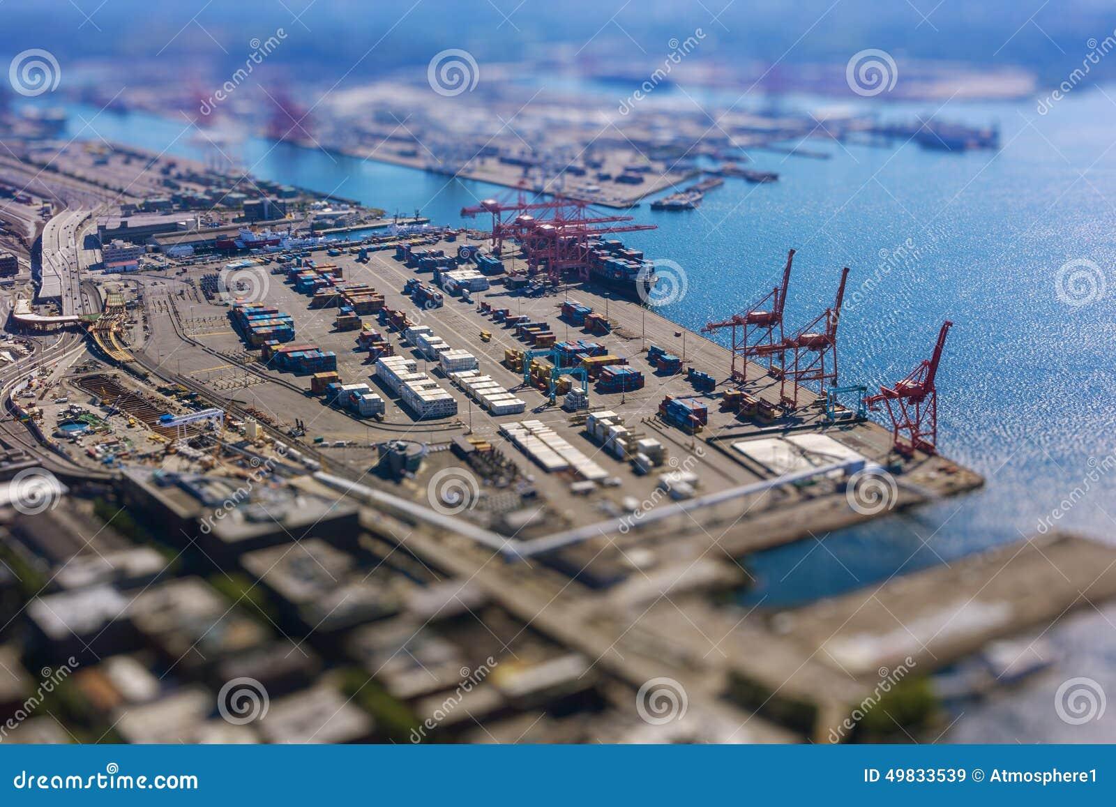 Cambio inclinable del puerto de envío con los envases y la nave de transporte del cargamento con el cargo