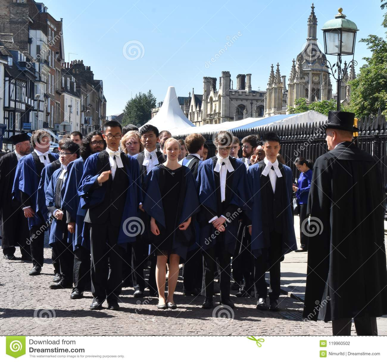 Cambridge het UK, 27 Juni 2018: Cambridge: Drievuldigheidsstudent l