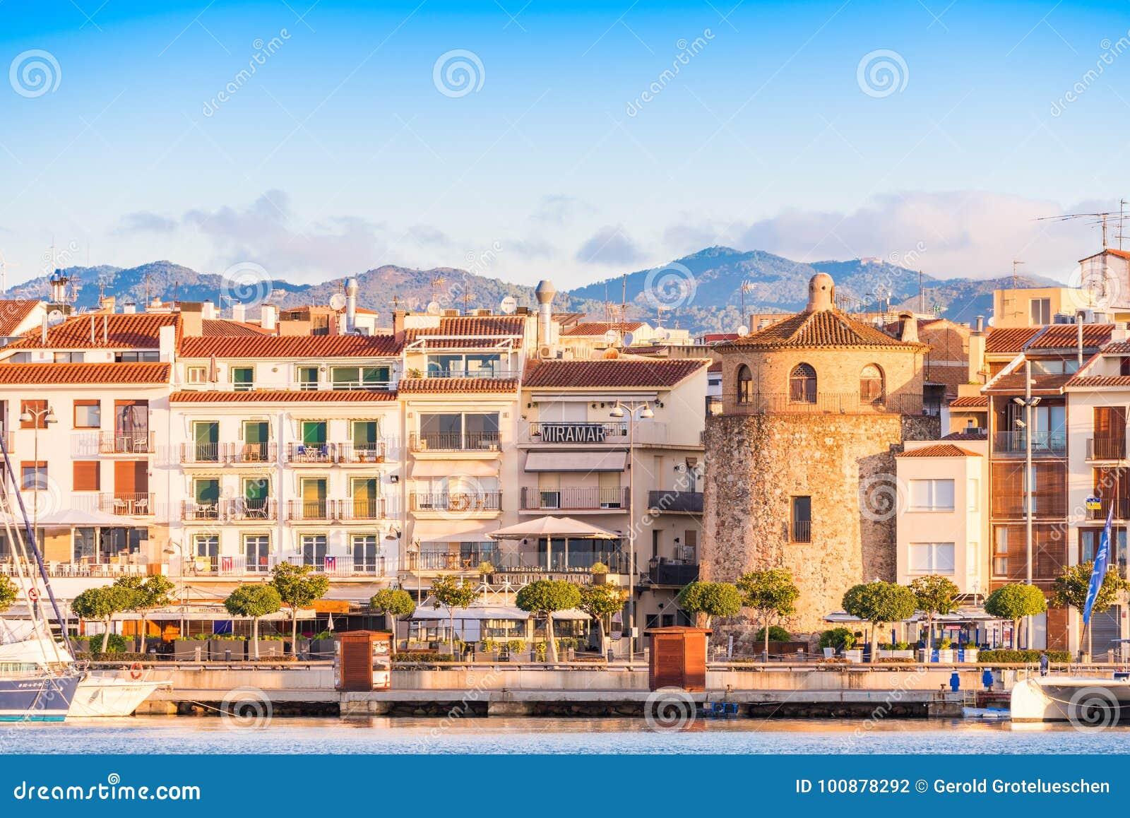 CAMBRILS, SPANIEN - 16. SEPTEMBER 2017: Ansicht von Hafen und museu d ` Hist-` ria De Cambrils - Torre Del Port Kopieren Sie Raum