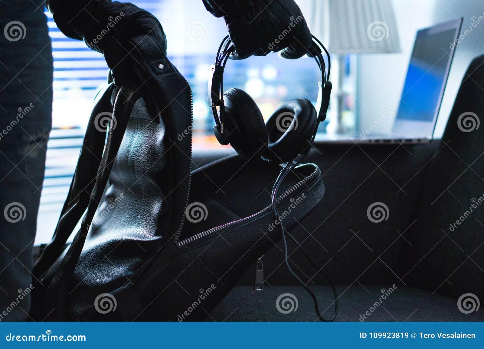 Cambrioleur et voleur volant l appartement d obscurité de l électronique