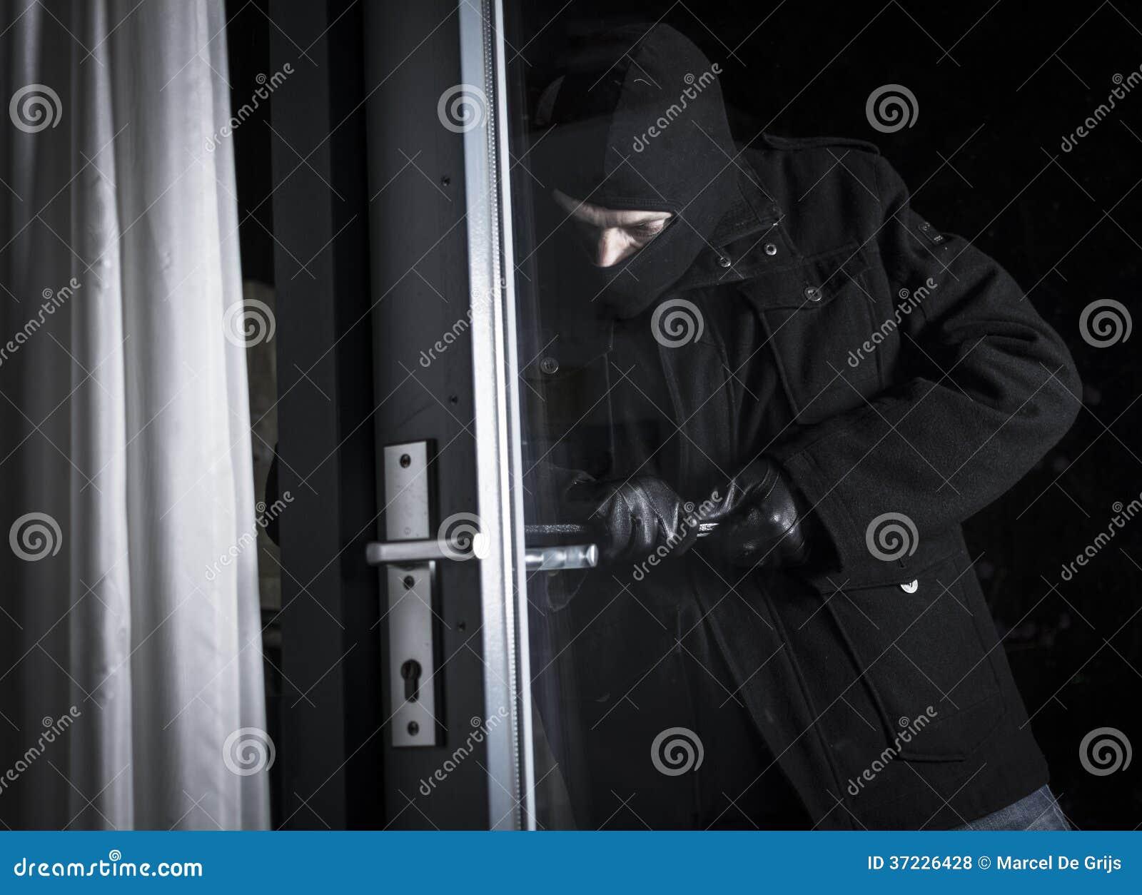 Cambrioleur forçant la porte