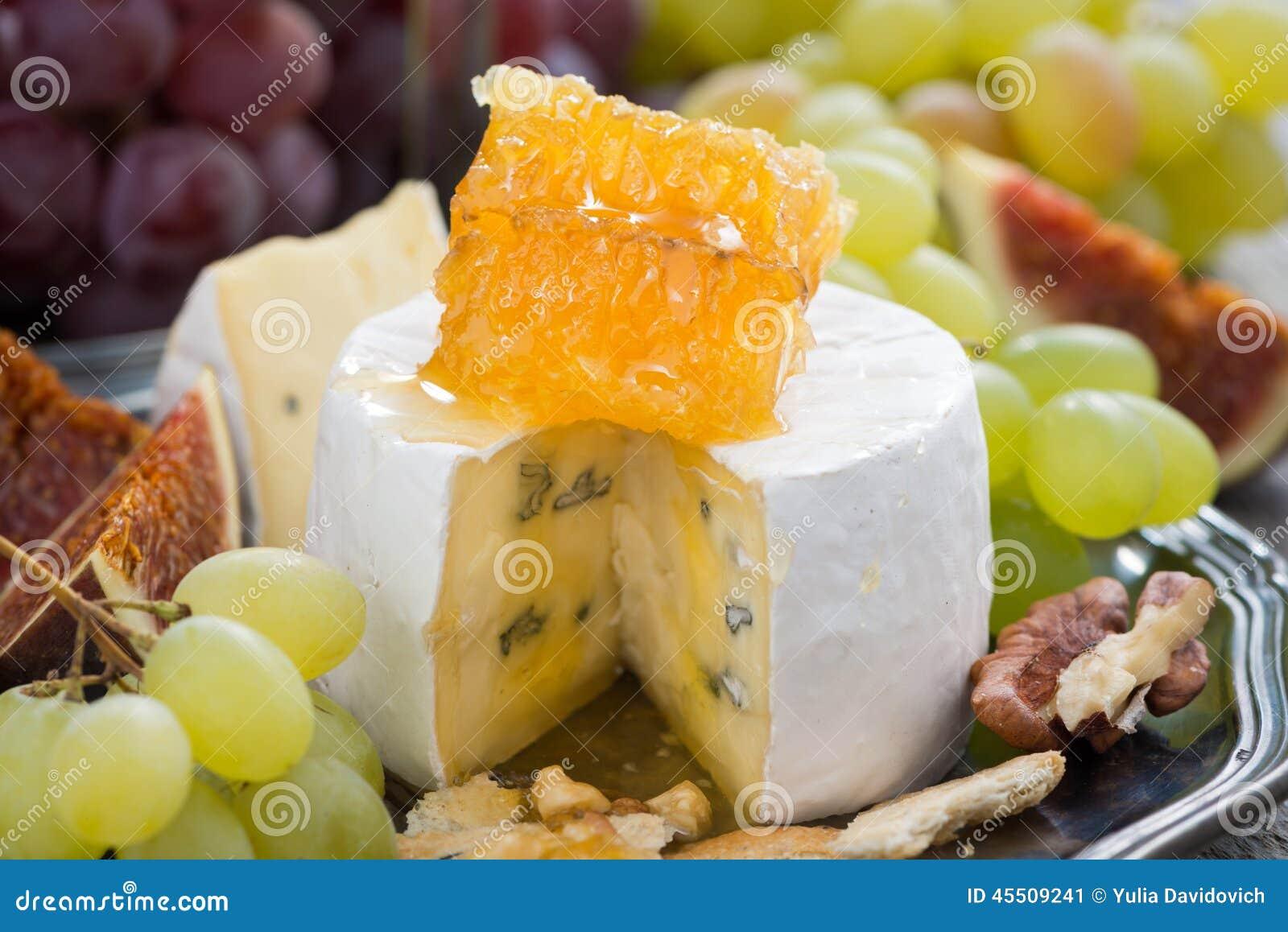 Camembert z miodem i owoc, przekąska na talerzu, zakończenie