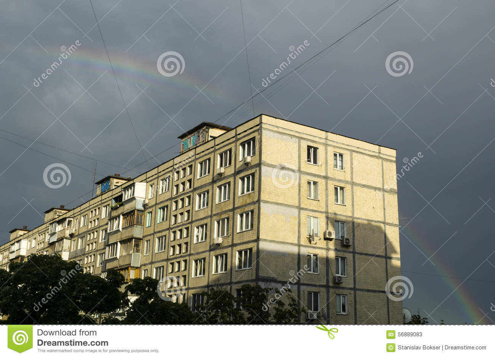 Camera, arcobaleno e nuvole sul cielo blu
