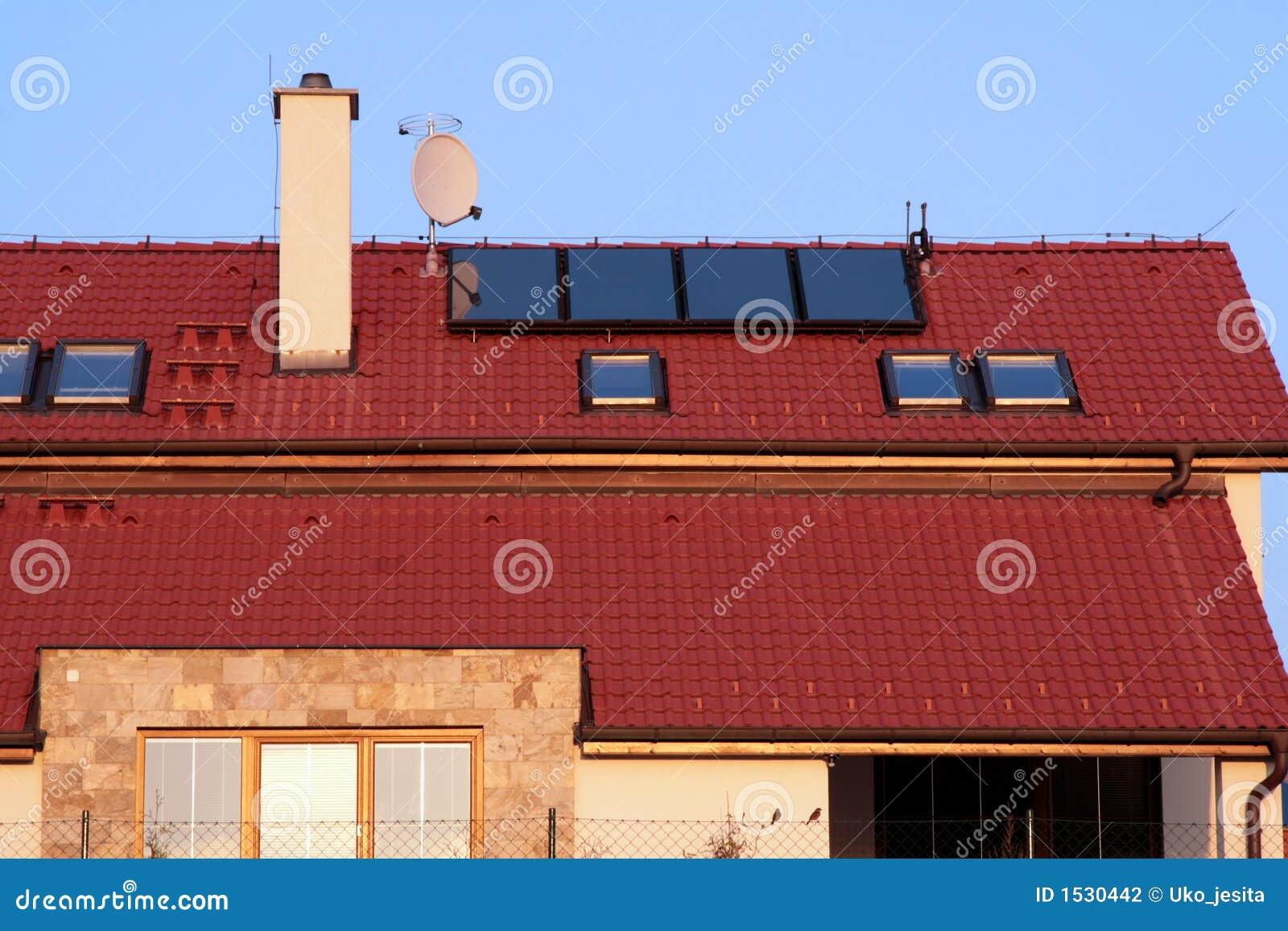 Camera con i comitati solari sul tetto per il riscaldamento dell acqua