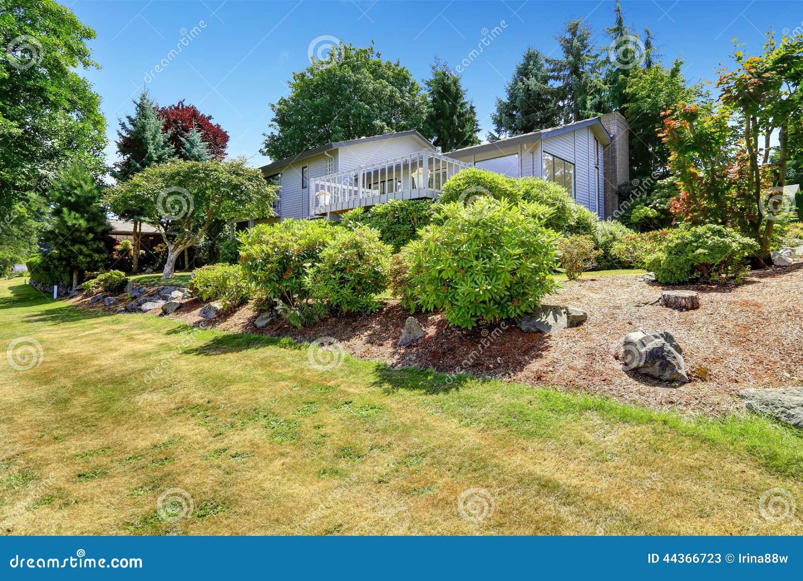 Camera con la piattaforma dell uscire in segno di disapprovazione ed il giardino del cortile