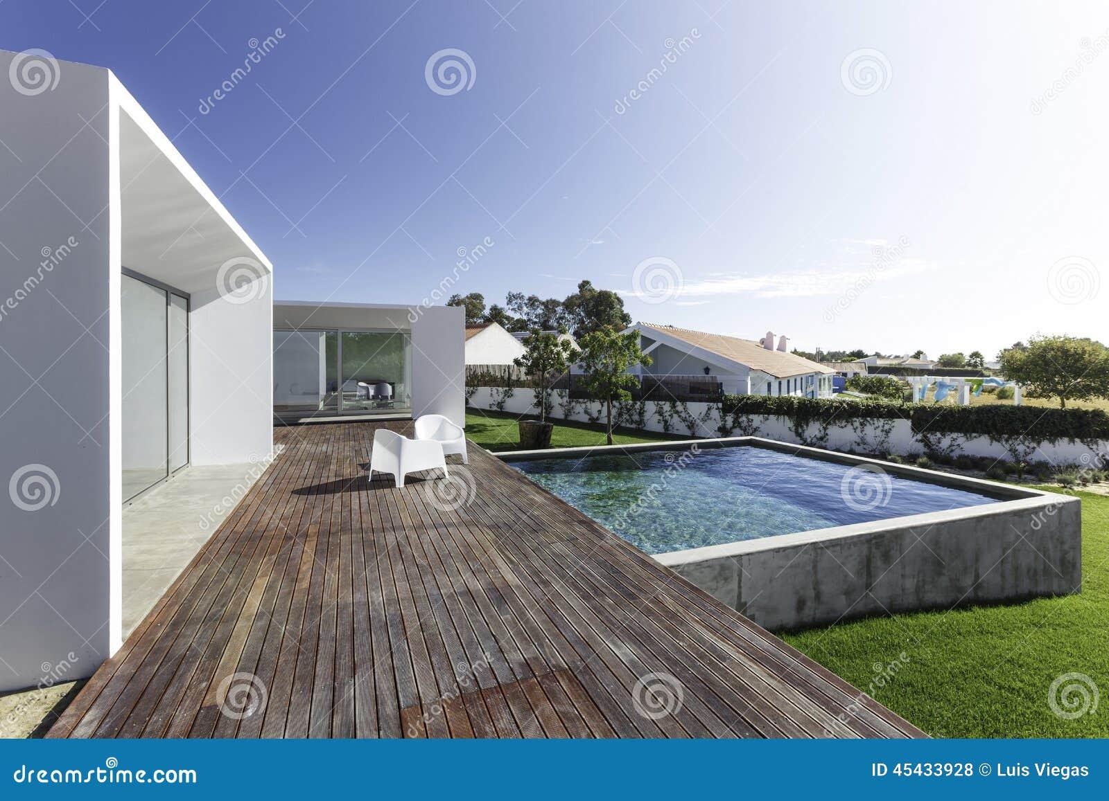 Camera con la piscina del giardino e la piattaforma di for Piani di pool house con alloggi