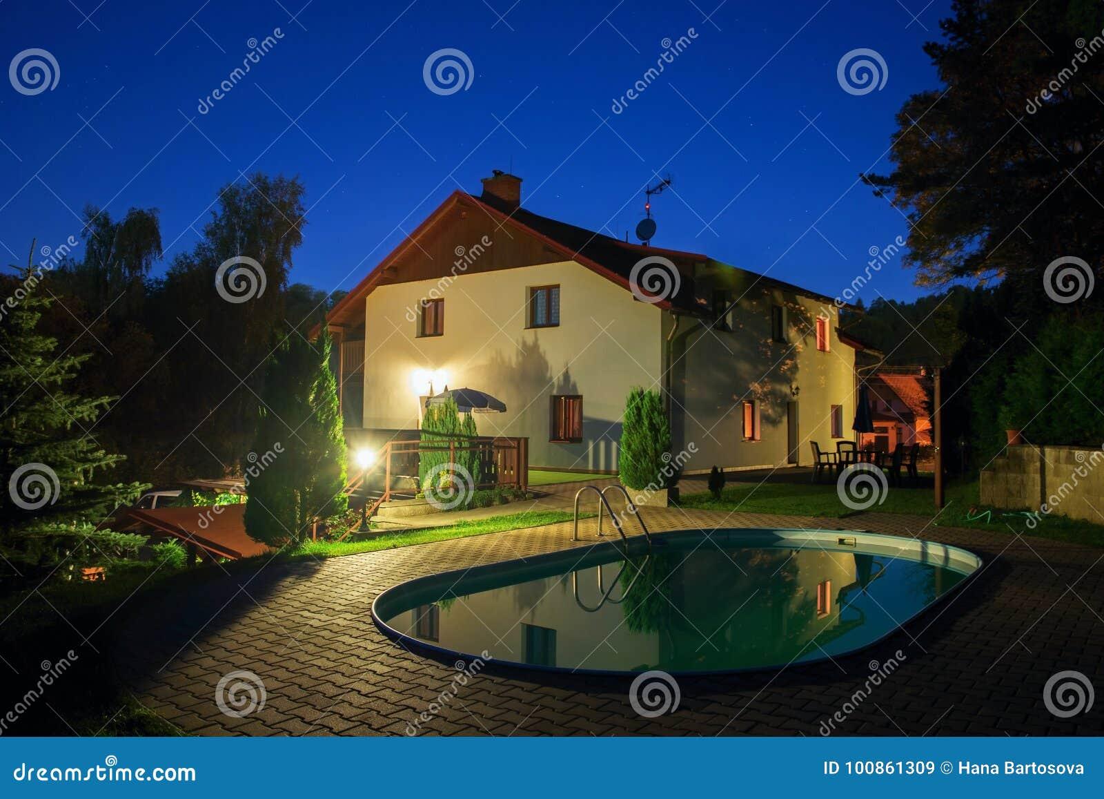 Camera con la piscina nell illuminazione di notte immagine stock