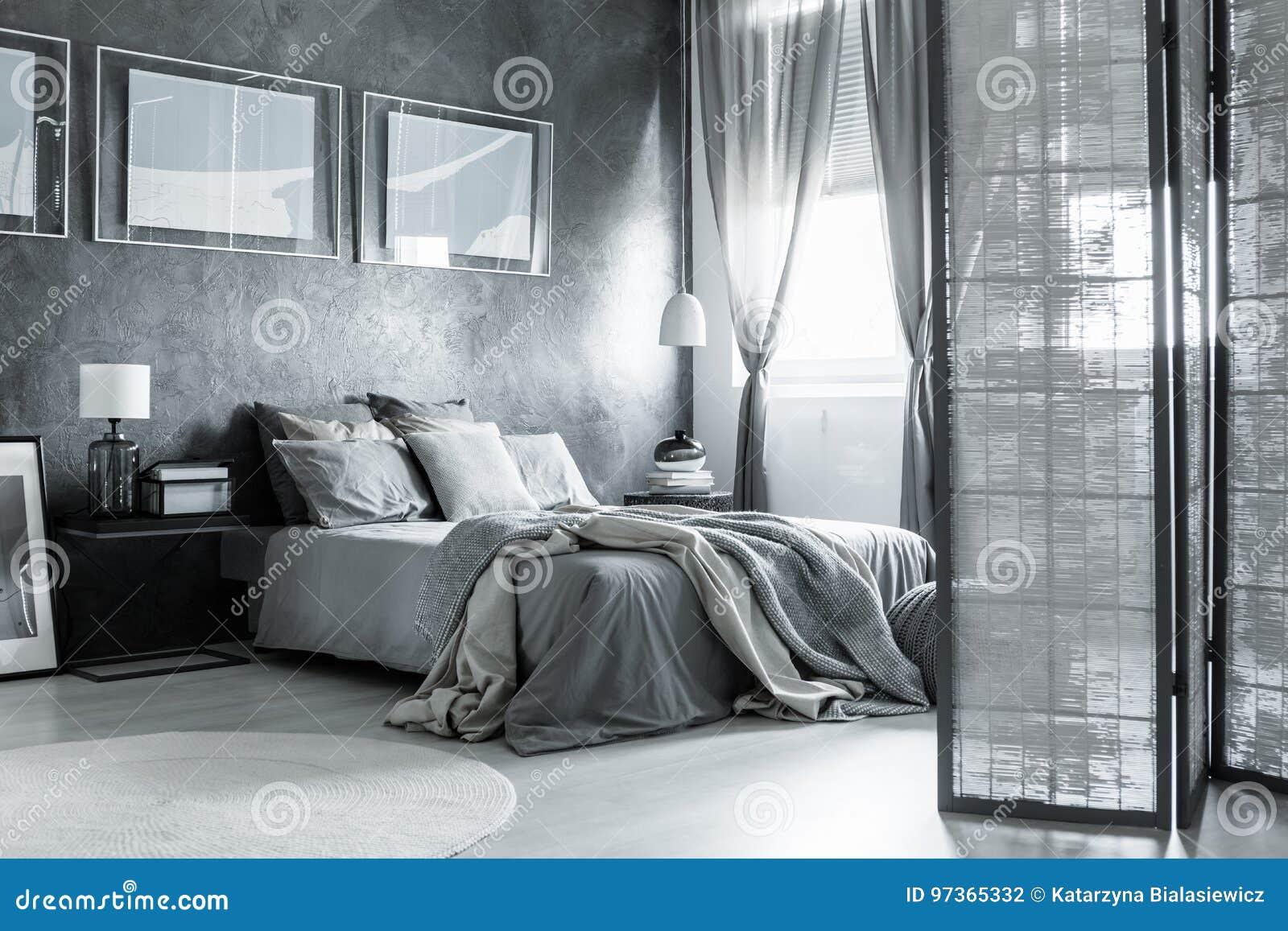 Accessori Per Camera Da Letto Bianca : Camera da letto accogliente con gli accessori semplici fotografia