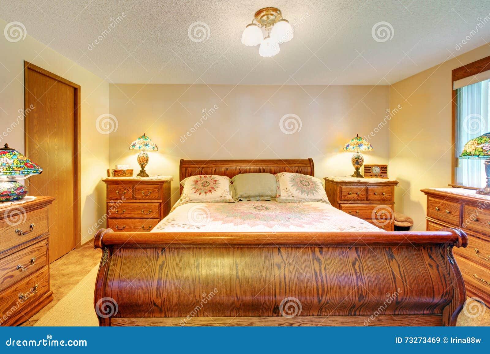 Camera Da Letto Legno Chiaro : Camera da letto accogliente con linsieme di legno marrone chiaro