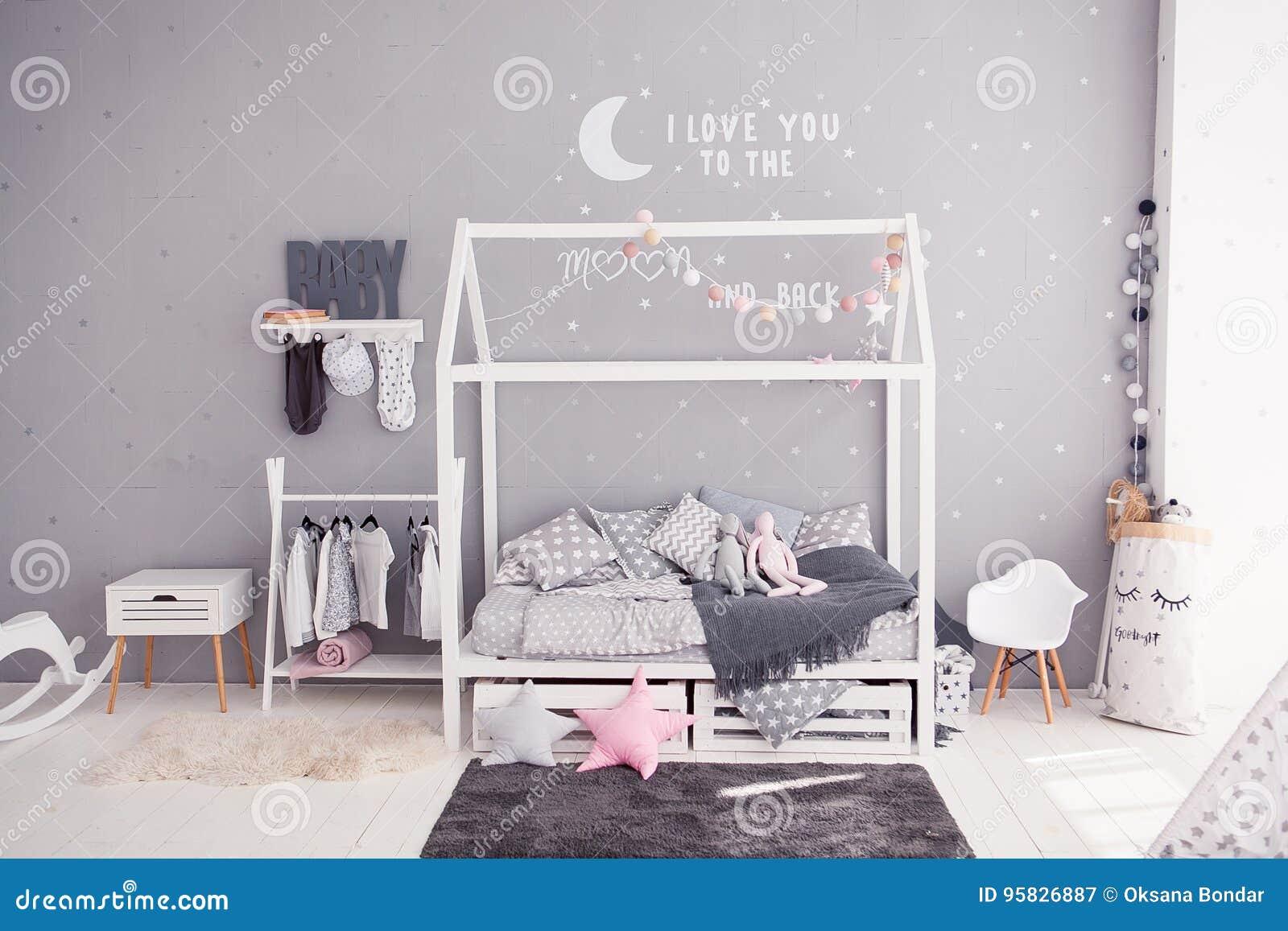 Camera da letto accogliente del s dei bambini nello stile scandinavo con gli accessori diy - Camera letto bambini ...