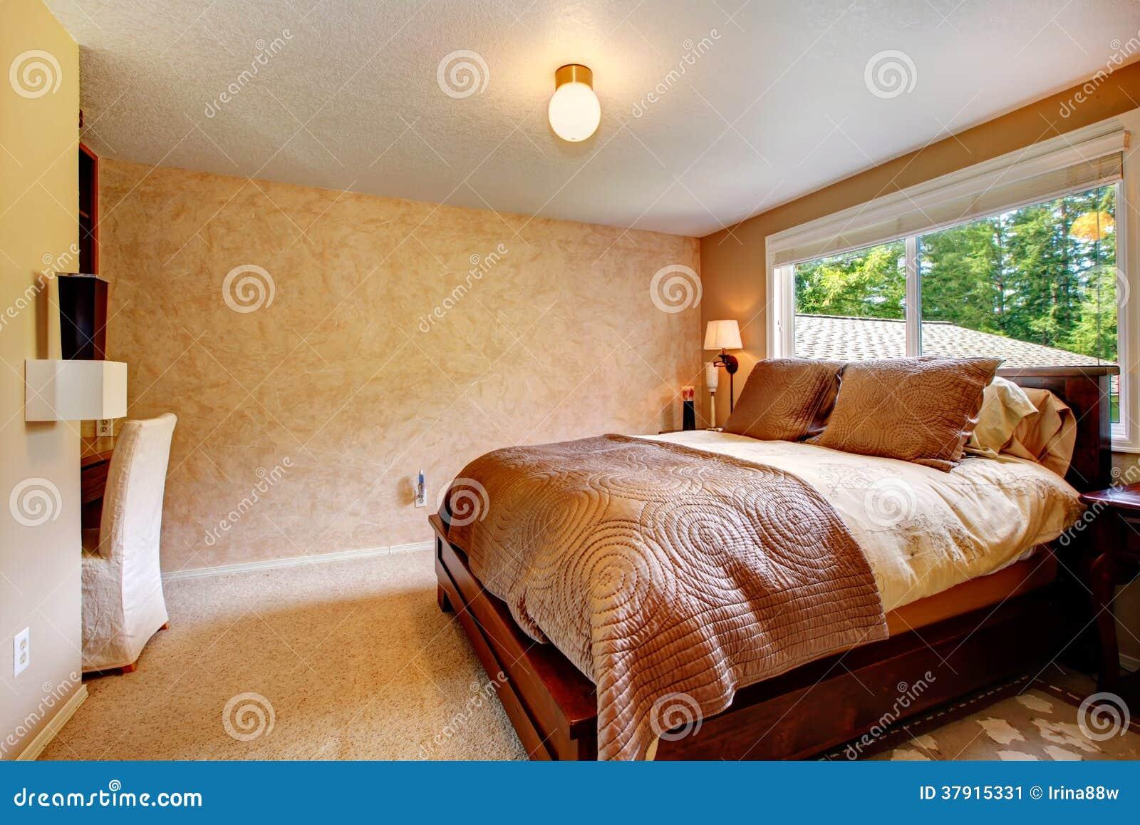 Camera da letto accogliente di colori caldi immagine stock for Colori camera da letto matrimoniale