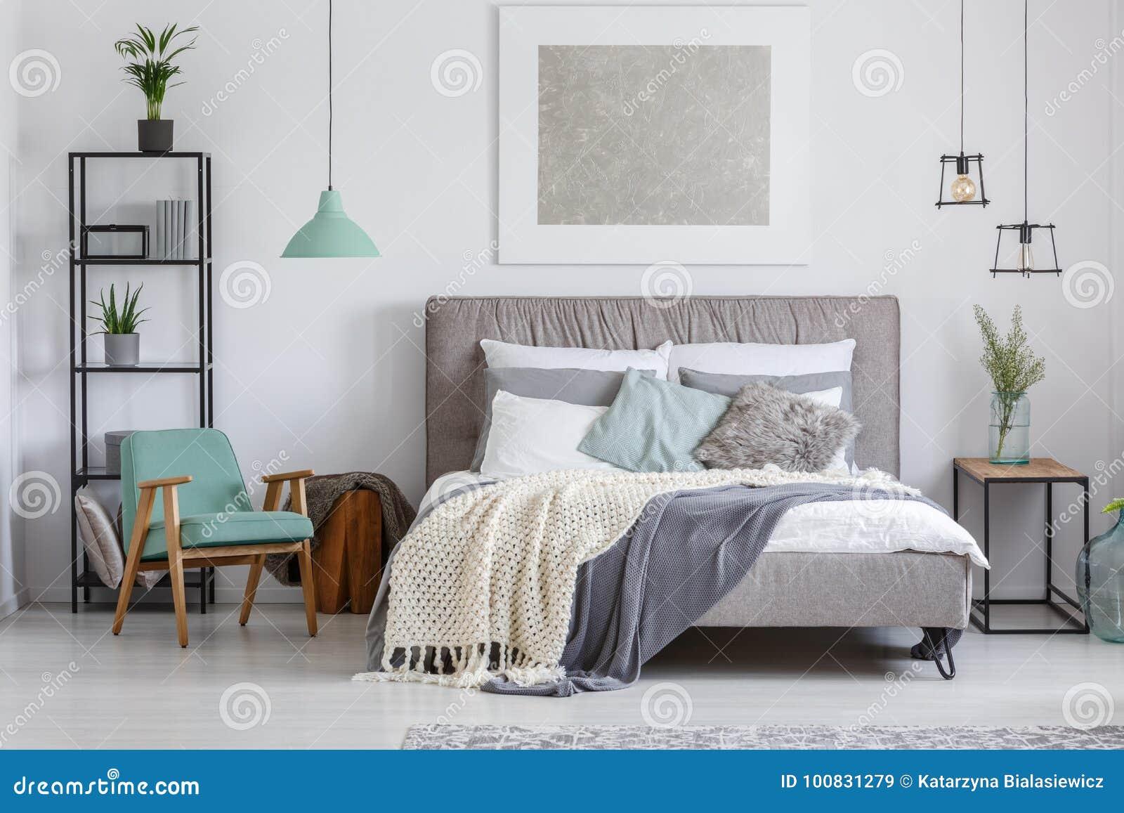 Camera da letto adorabile con la sedia della menta immagine stock immagine di classico - Sedia camera da letto ...