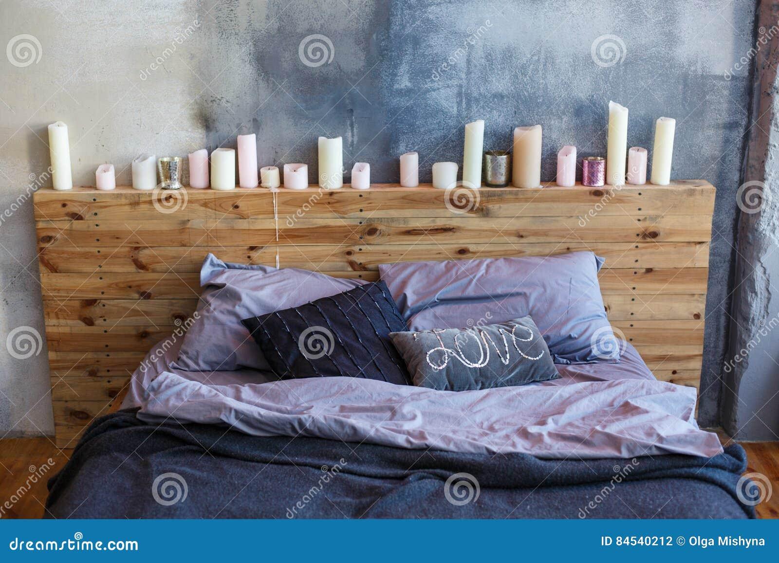 Candele Camera Da Letto : Camera da letto alla moda nello stile del sottotetto con i colori