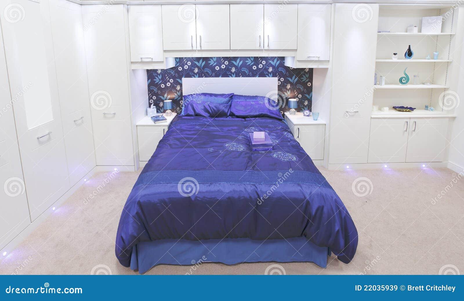 Camera da letto bianca di lusso immagine stock immagine di wardrobes domestico 22035939 - Camera da letto bianca e viola ...