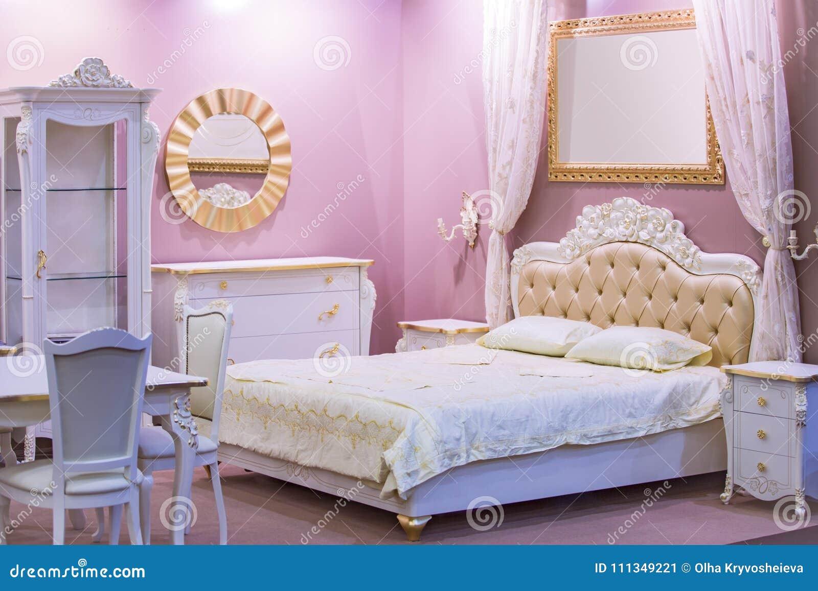 Camera Matrimoniale Stile Antico.Camera Da Letto Bianca E Rosa Di Lusso Nello Stile Antico Con La