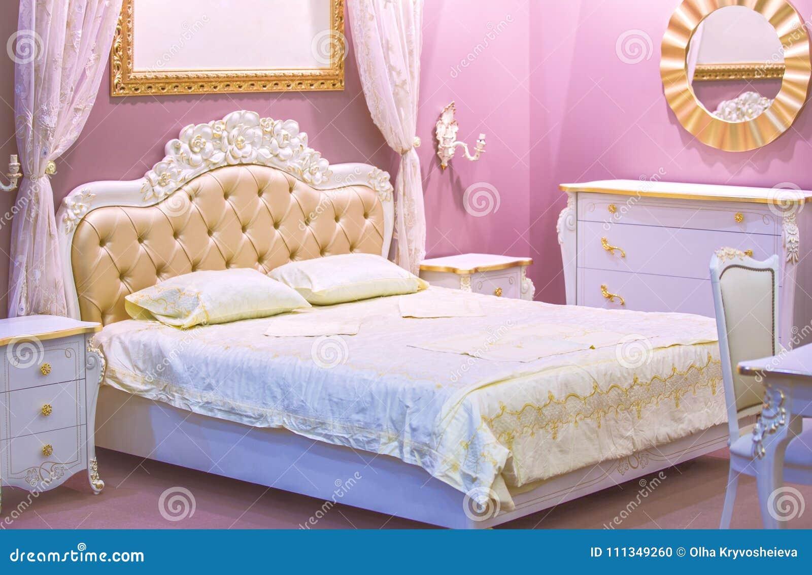Camere Da Letto Rosa Antico : Camera da letto bianca e rosa di lusso nello stile antico con la