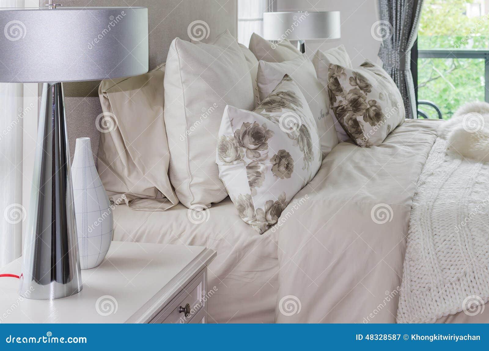 Camera Da Letto Bianca : Camera da letto bianca interna moderna con le lampade immagine
