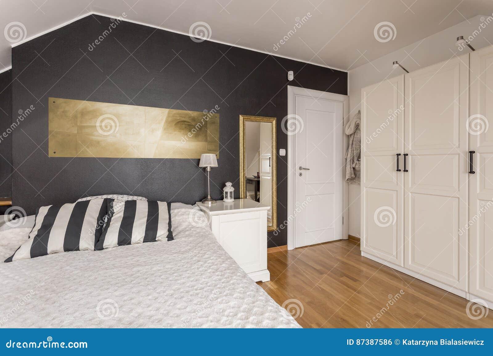 Camera Da Letto Bianca E Nera camera da letto in bianco e nero con gli accenti dell'oro