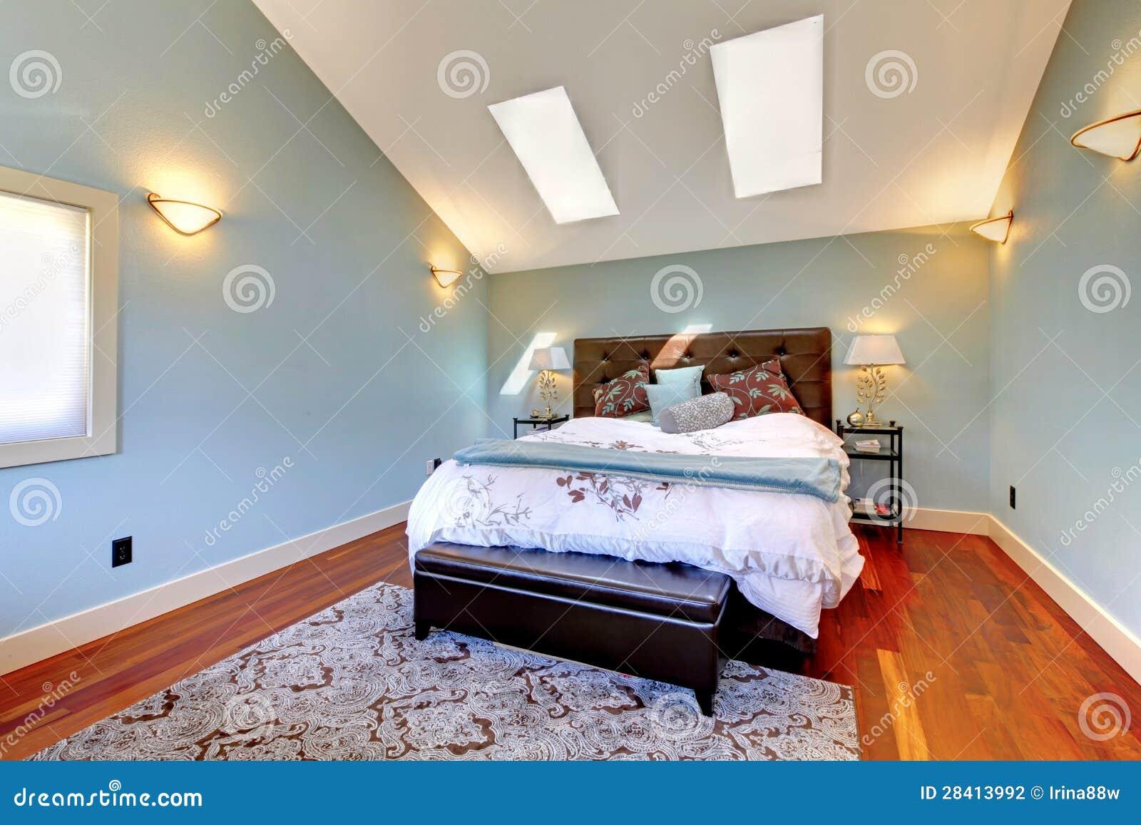 Camera da letto blu con il letto ed il lucernario fotografia stock immagine di casa immagine - Camera da letto blu notte ...