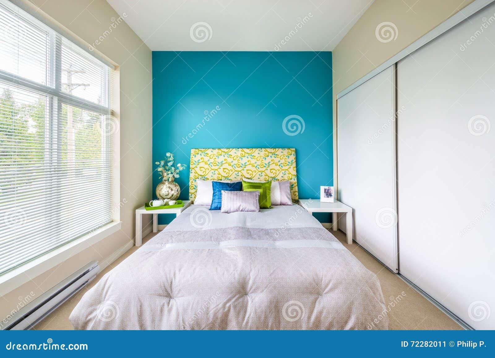 Camera da letto blu moderna immagine stock immagine di for Camera da letto blu