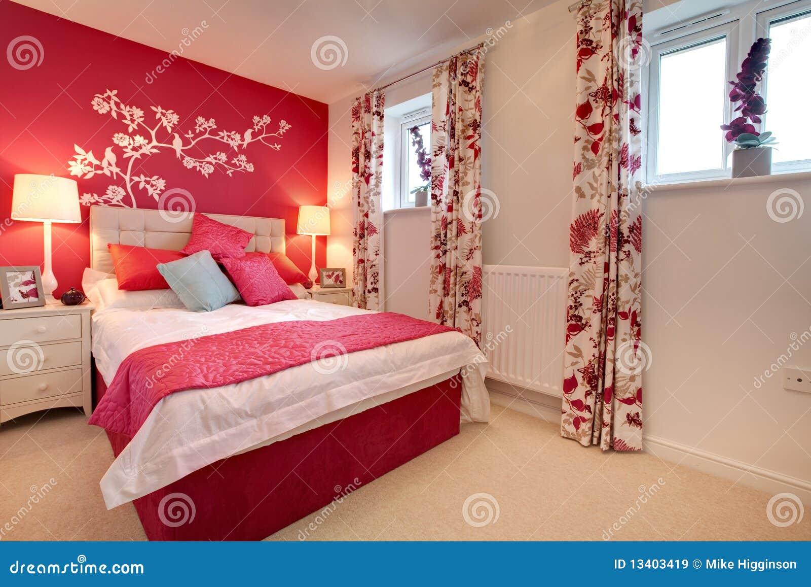 ... Libere da Diritti: Camera da letto brillantemente decorata moderna