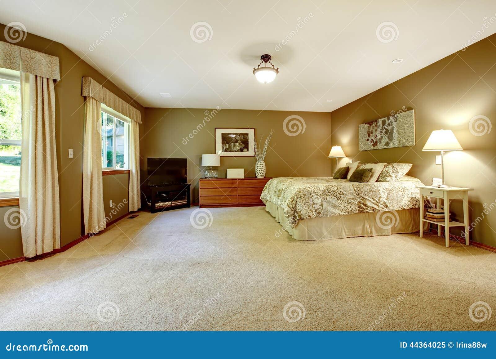 Camera da letto calda spaziosa con le pareti marroni