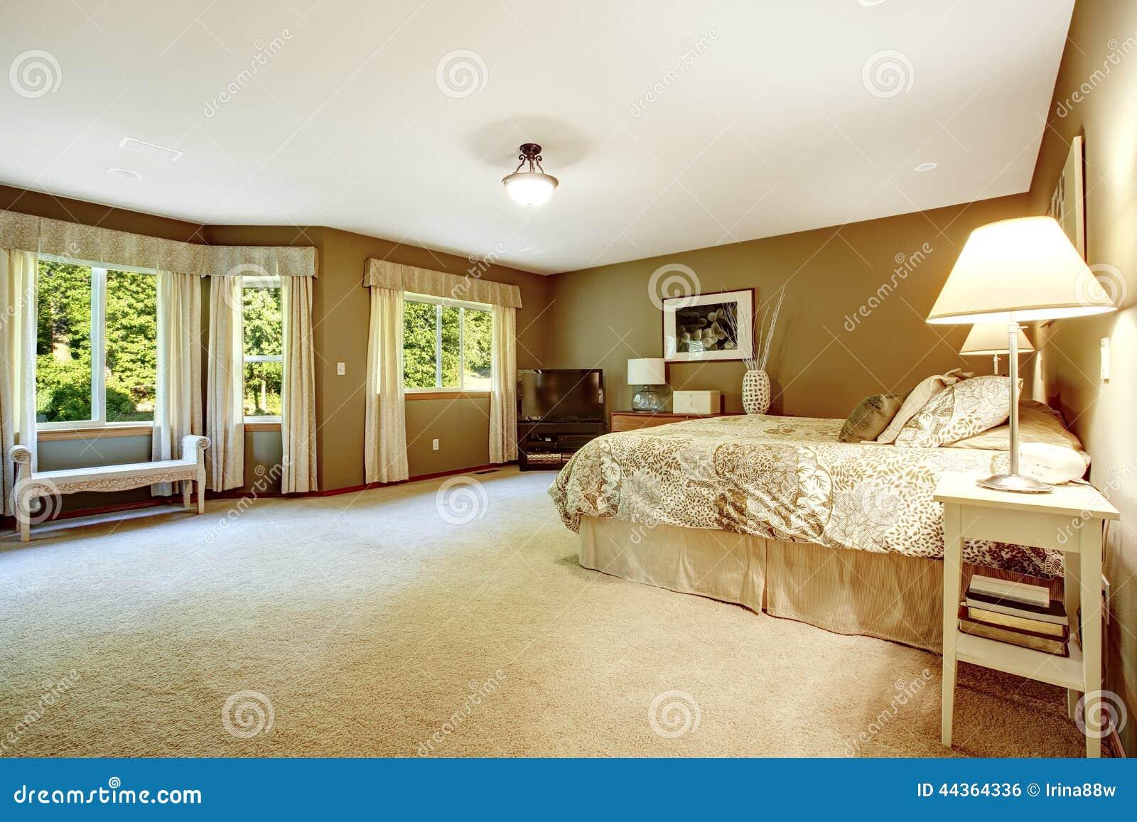 Arredamento Camera Da Letto Marrone : Camera da letto calda spaziosa con le pareti marroni fotografia