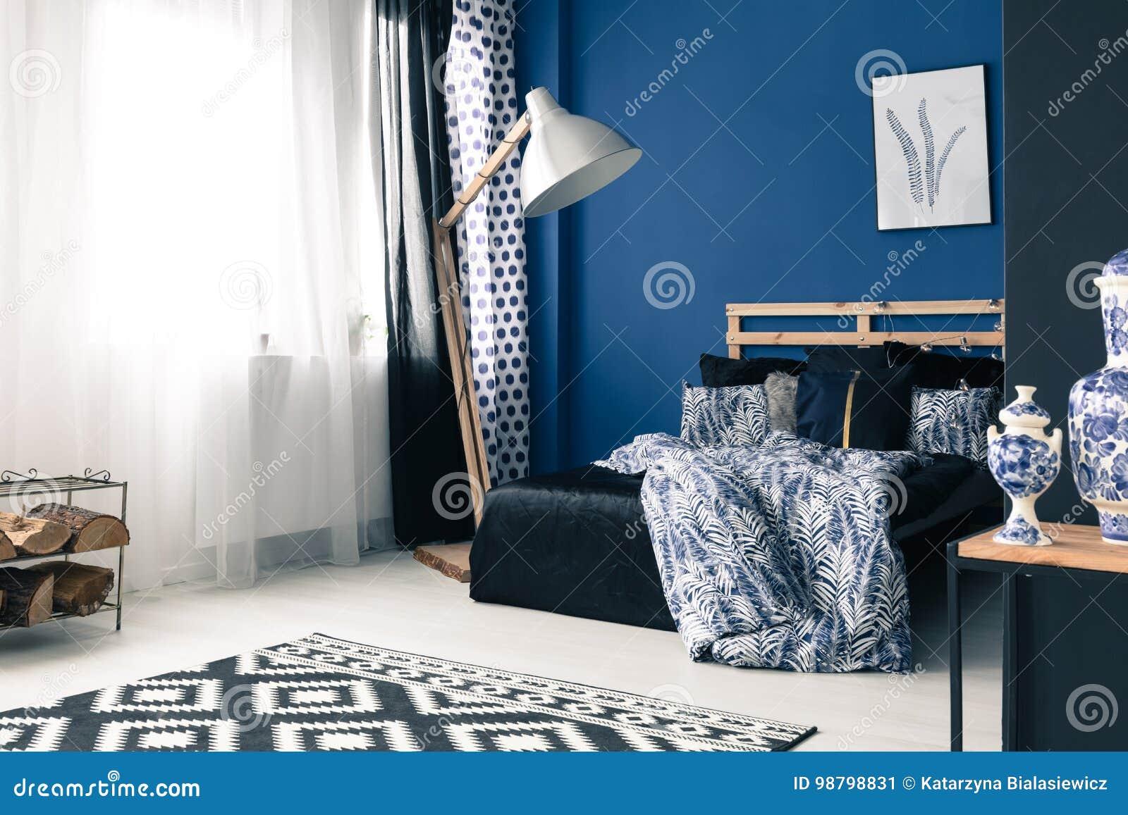 Camera Da Letto Blu Cobalto : Camera da letto calmante con la parete del cobalto immagine stock