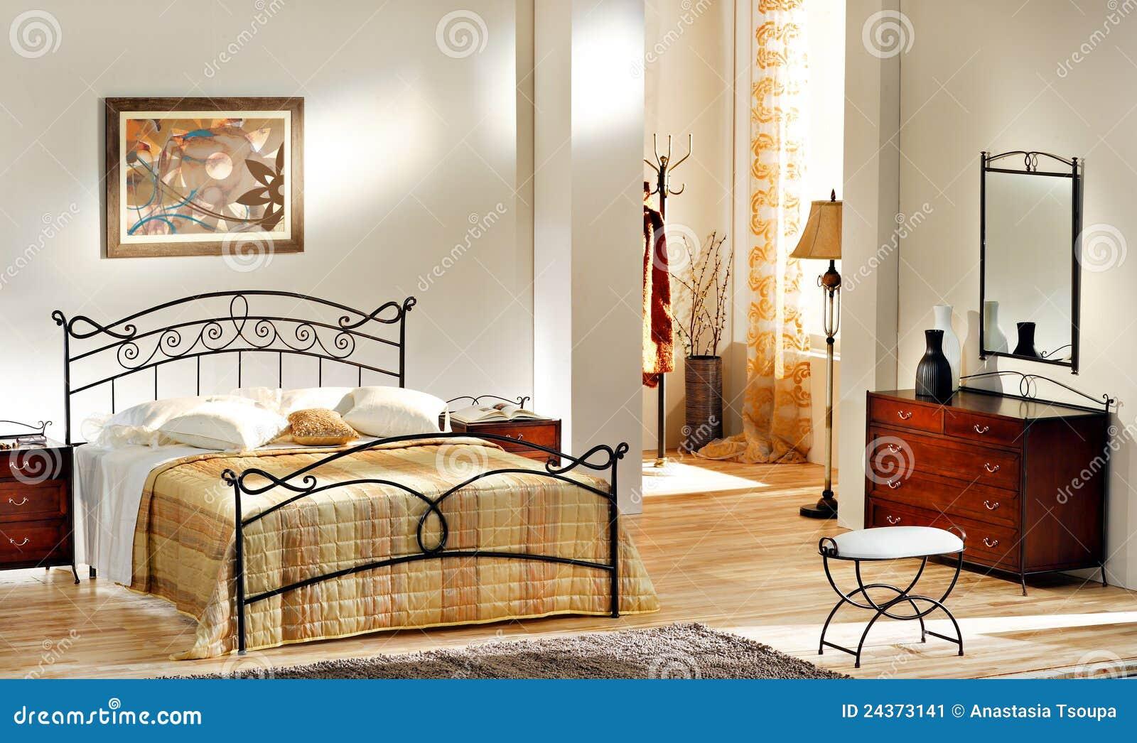 Camera da letto classica immagine stock immagine di condo - Tinte camere da letto ...