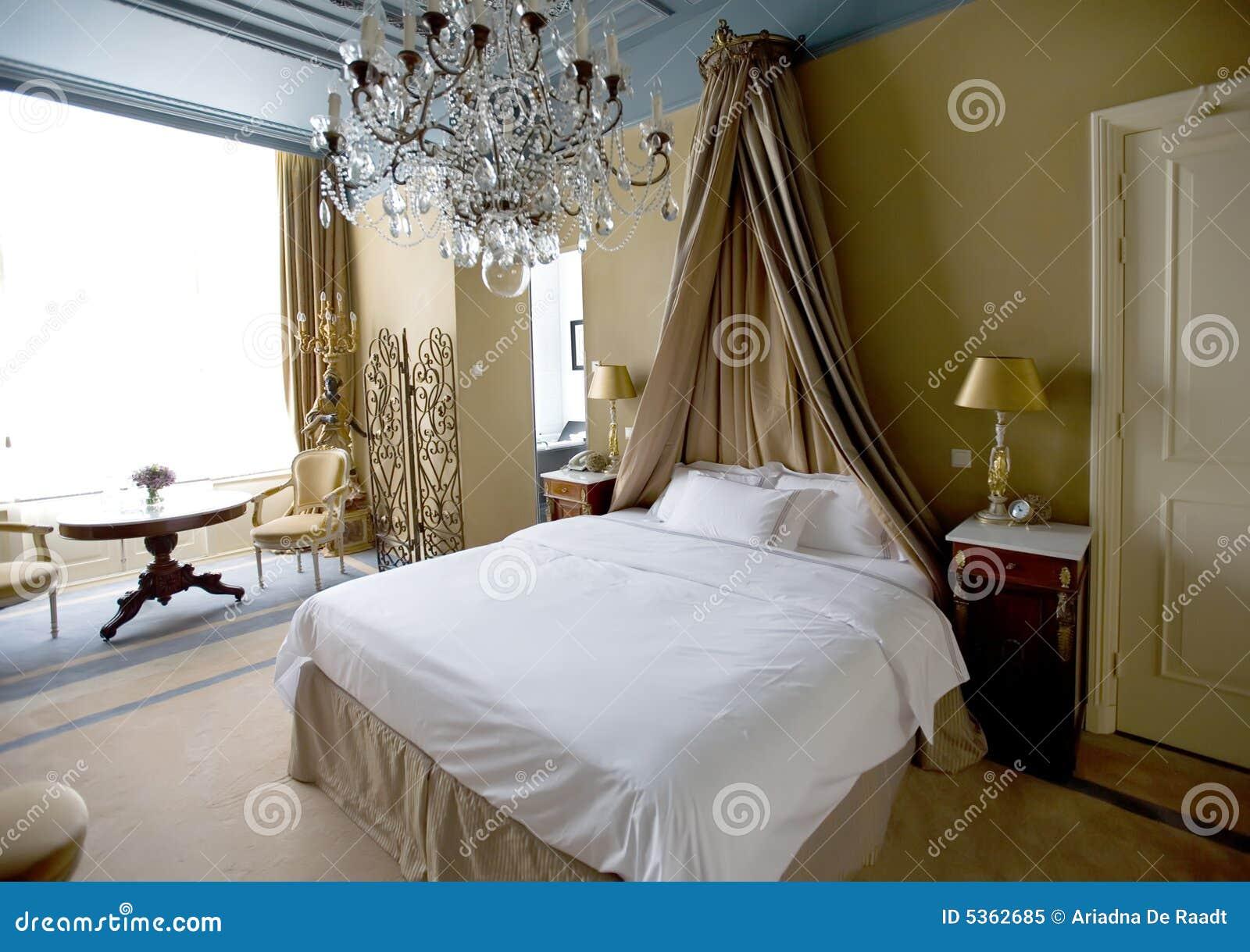camera da letto classica immagine stock immagine di casa 5362685. Black Bedroom Furniture Sets. Home Design Ideas