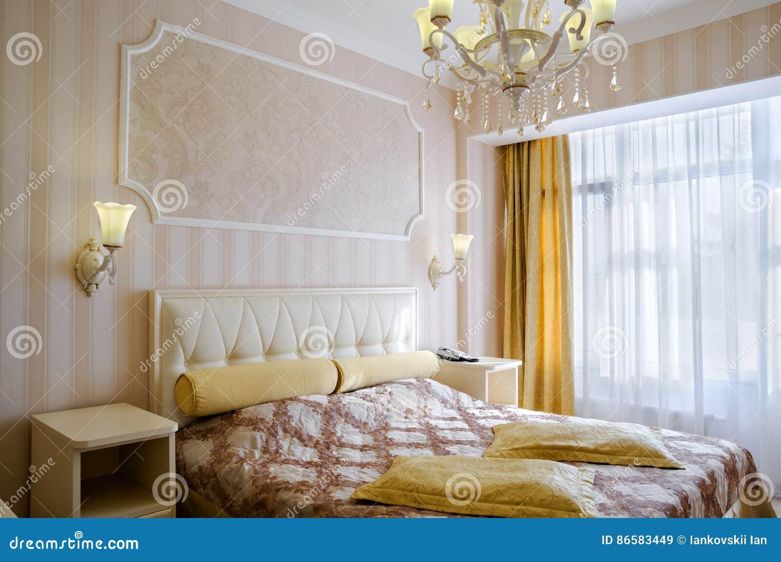 Letto Matrimoniale Giallo : Camera da letto classica con un grande letto matrimoniale comodini