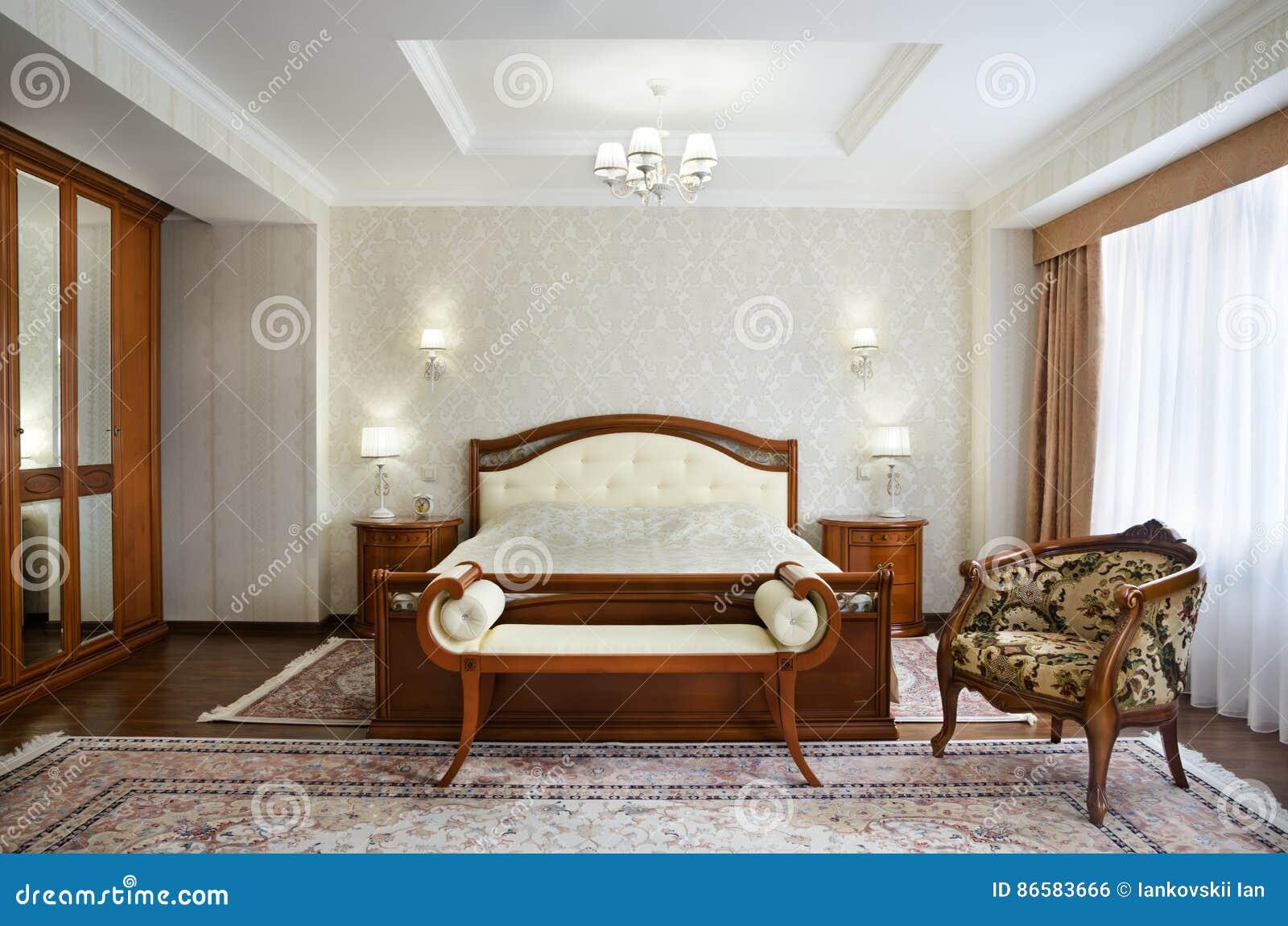 Camera Da Letto Classica Con Un Grande Letto Matrimoniale ...