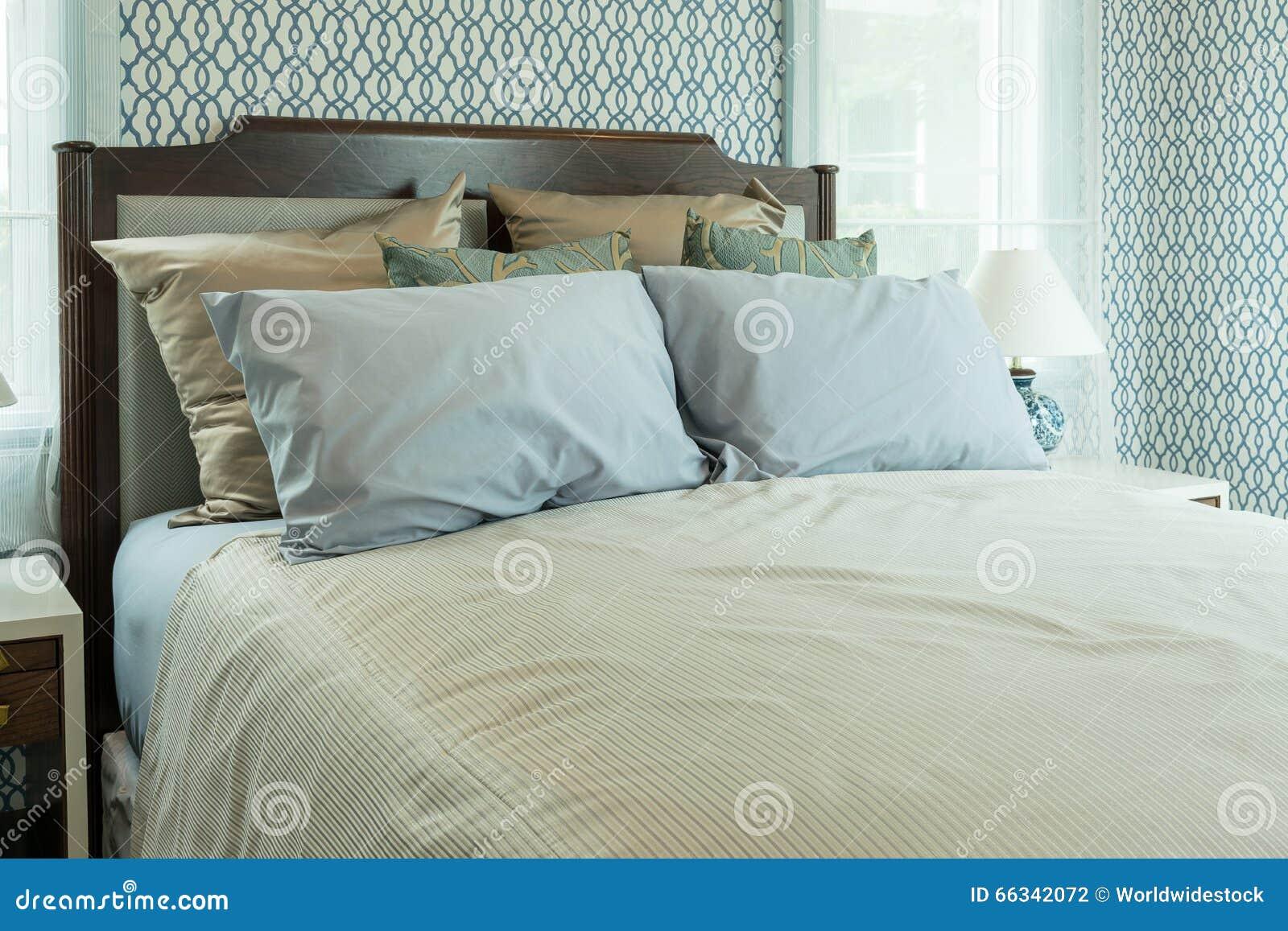 Camera da letto classica di stile con i cuscini blu sul letto fotografia stock immagine di - Come mettere i cuscini sul letto ...
