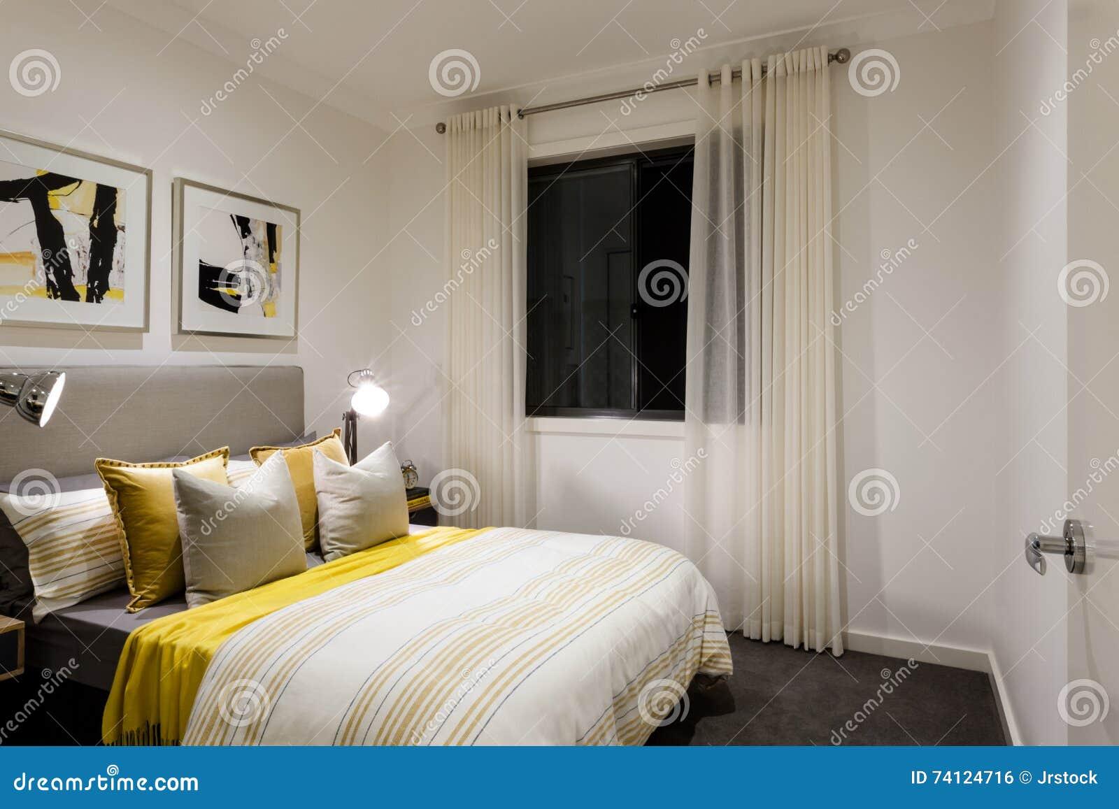 Camera da letto classica di una casa moderna con le lampade da