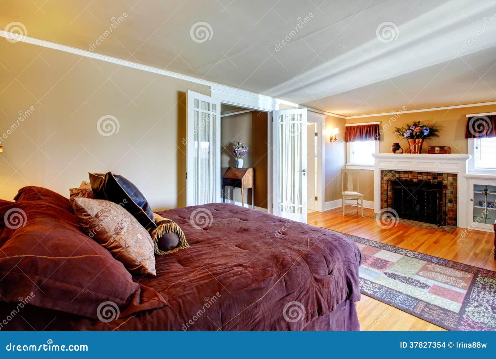 Camera da letto comoda con il camino fotografia stock - Fiori in camera da letto ...