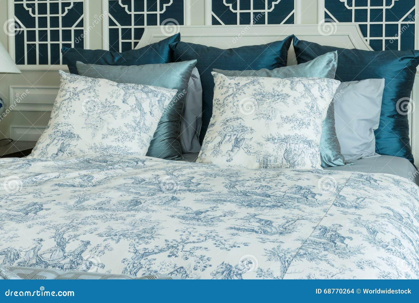 Camera da letto con i cuscini blu sul letto fotografia stock