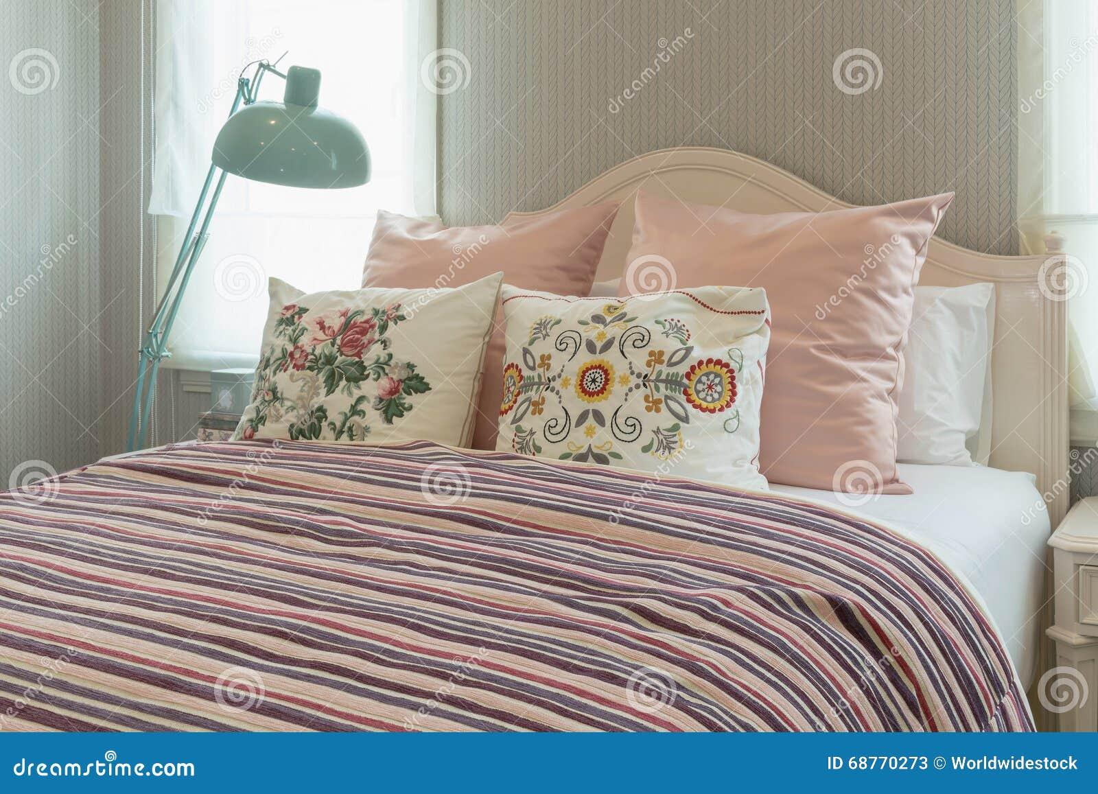 camera da letto con i cuscini del fiore e la coperta a strisce ... - Cuscini Camera Da Letto