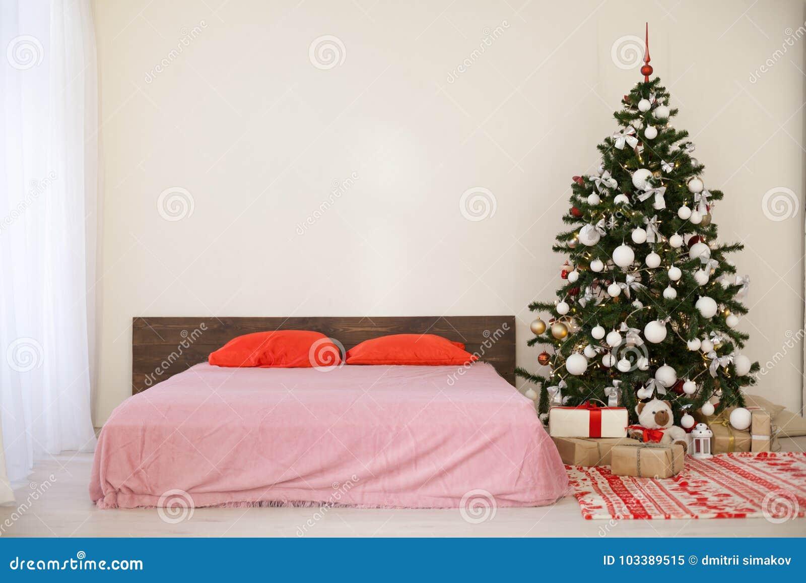Decorazioni Natalizie Per La Camera camera da letto con il letto della decorazione dell'albero