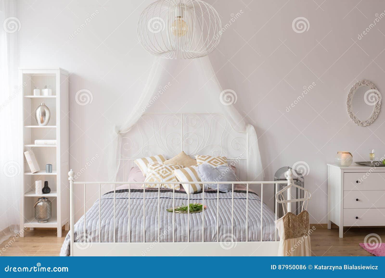 Camere Da Letto Con Letto A Baldacchino : Camera da letto con il letto del baldacchino fotografia stock