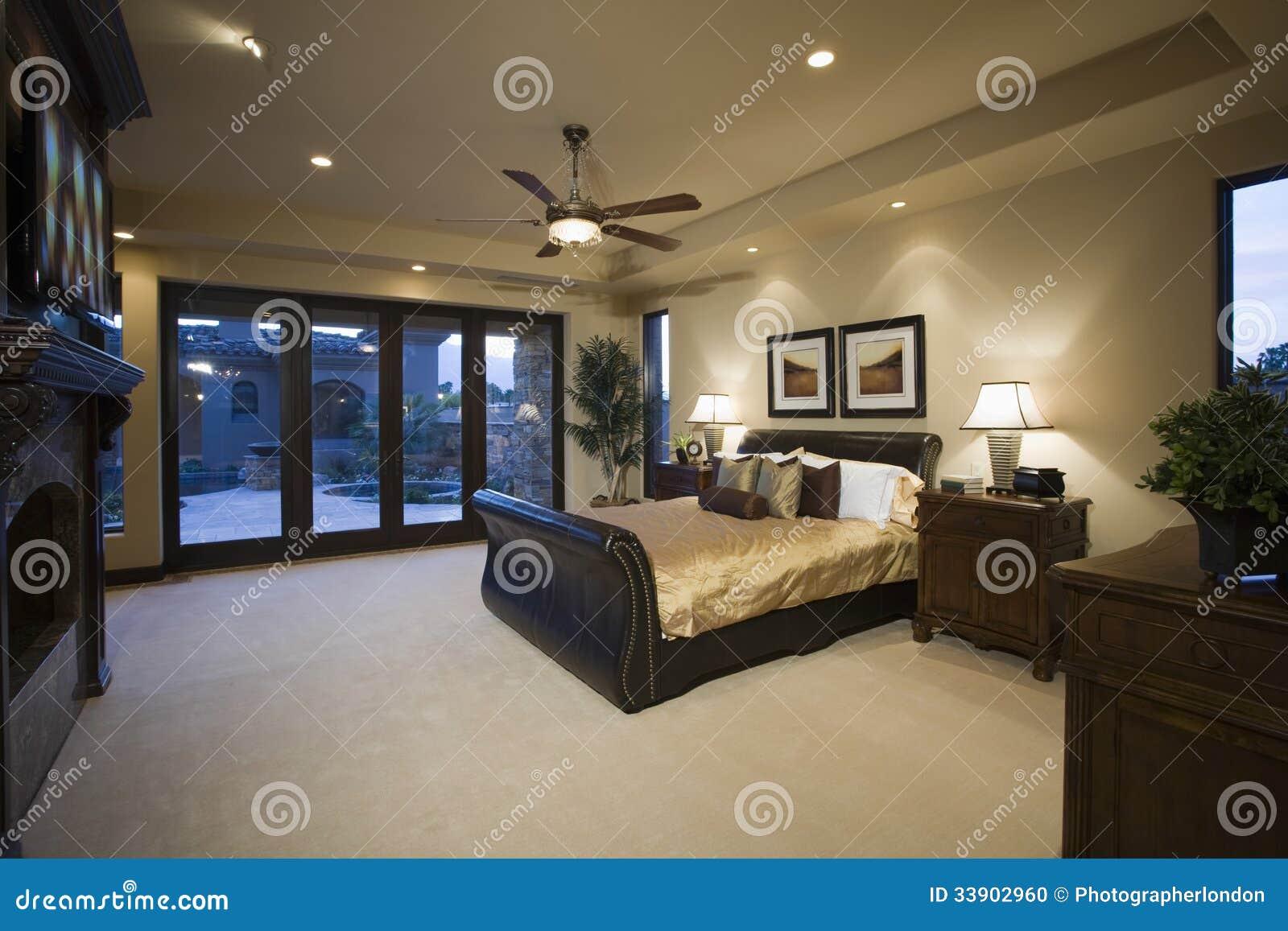 ... di legno scura in camera da letto con il ventilatore da soffitto