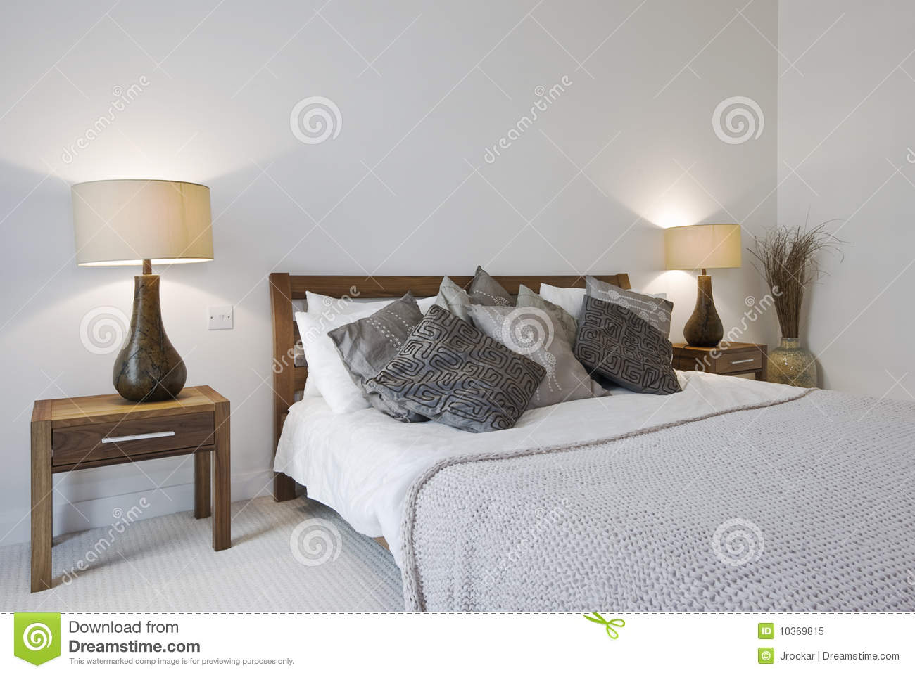 https://thumbs.dreamstime.com/z/camera-da-letto-con-la-base-di-formato-del-re-ed-i-tavolini-da-notte-10369815.jpg