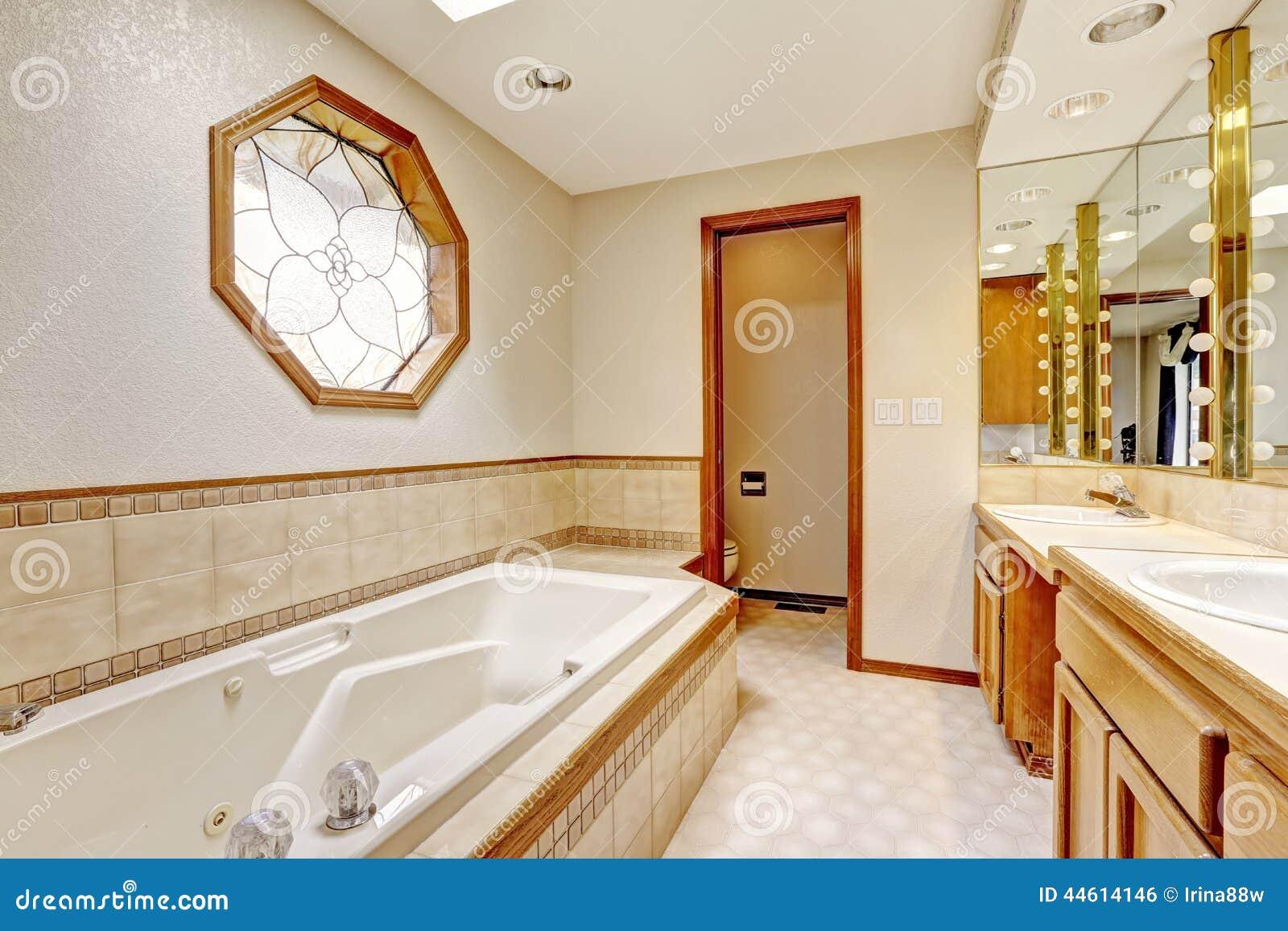 Camera da letto con la disposizione della parete delle mattonelle e la finestra decorata - La finestra della camera da letto ...