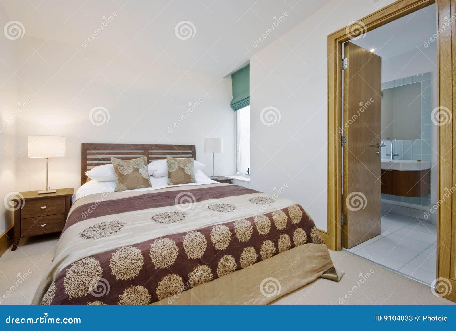 Camera da letto con la porta aperta alla stanza da bagno della en serie immagine stock - I segreti della camera da letto ...
