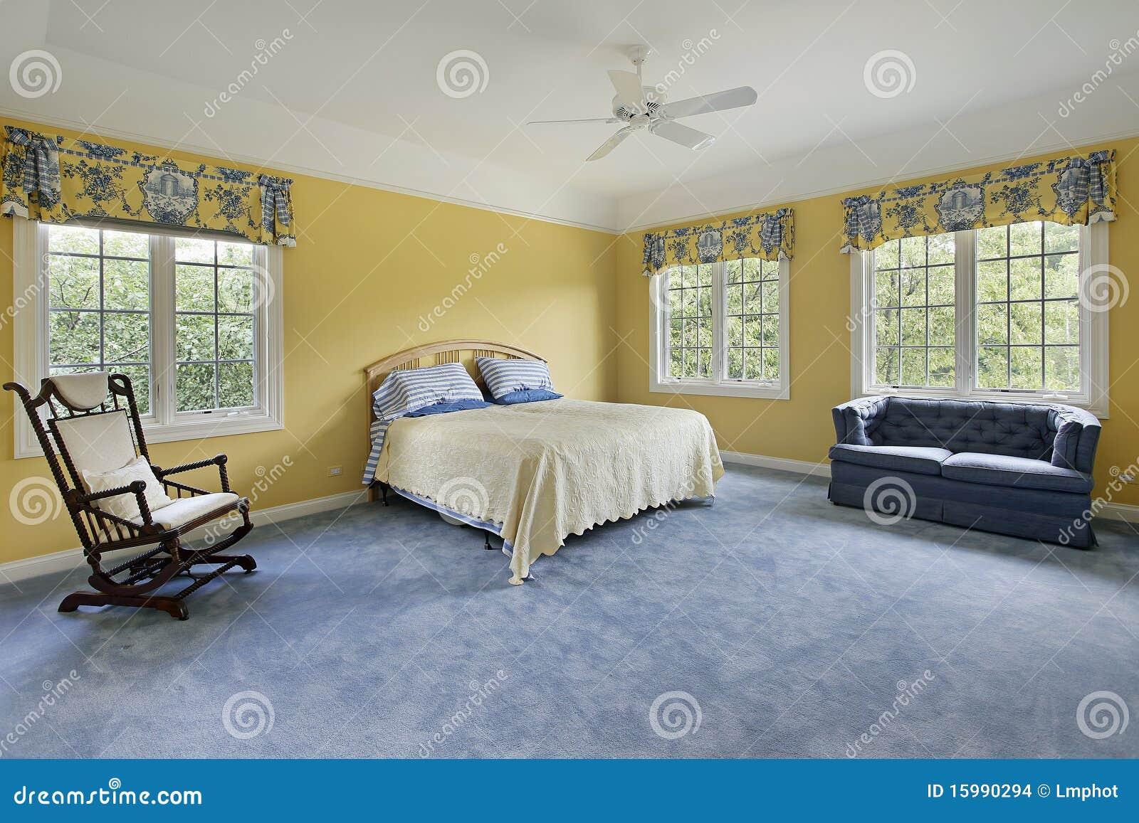 Camera da letto con le pareti gialle fotografia stock - Decorazione pareti camera da letto ...